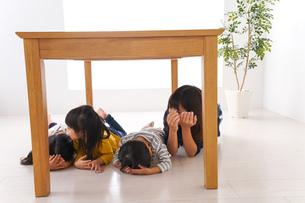 地震で避難する子どもたちの写真素材 [FYI04710963]