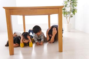 地震で避難する子どもたちの写真素材 [FYI04710964]
