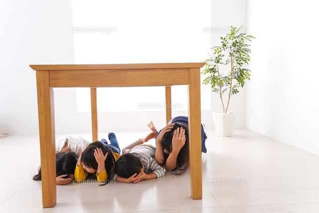 地震で避難する子どもたちの写真素材 [FYI04710965]