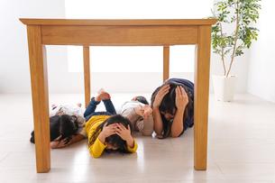地震で避難する子どもたちの写真素材 [FYI04710968]