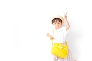 幼稚園に行く子供の写真素材 [FYI04710993]