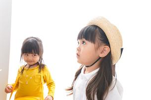 楽しく遊ぶ女の子の写真素材 [FYI04711014]