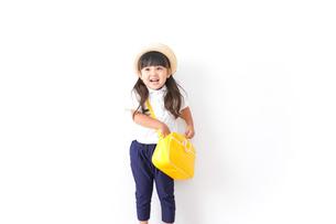帽子をかぶった幼稚園児の写真素材 [FYI04711024]