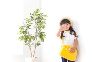 帽子をかぶった幼稚園児の写真素材 [FYI04711030]