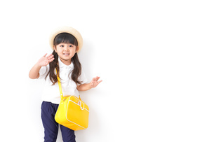 帽子をかぶった幼稚園児の写真素材 [FYI04711035]