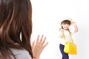 幼稚園に行く子どもと見送るお母さんの写真素材 [FYI04711043]