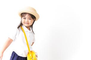 幼稚園に行く子供の写真素材 [FYI04711046]