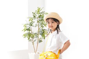 幼稚園に行く子供の写真素材 [FYI04711052]