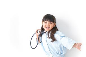 ナースごっこをする女の子の写真素材 [FYI04711063]
