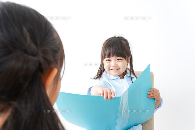 お医者さんごっこをする子どもの写真素材 [FYI04711096]