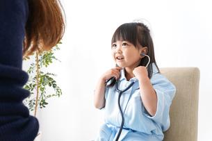 お医者さんごっこをする子どもの写真素材 [FYI04711098]