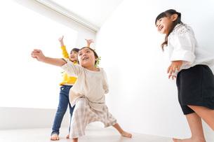 おうちで遊ぶ子どもたちの写真素材 [FYI04711108]