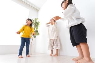 笑顔で遊ぶ子どもの写真素材 [FYI04711112]