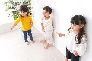 笑顔で遊ぶ子どもの写真素材 [FYI04711115]
