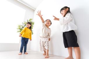 笑顔で遊ぶ子どもの写真素材 [FYI04711119]
