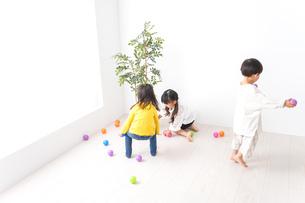 笑顔で遊ぶ子どもの写真素材 [FYI04711125]