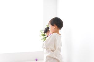 笑顔で遊ぶ子どもの写真素材 [FYI04711128]