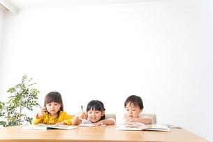 お勉強をする子どもたちの写真素材 [FYI04711139]