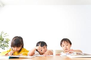 お勉強をする子どもたちの写真素材 [FYI04711140]