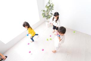 笑顔で遊ぶ子どもの写真素材 [FYI04711144]