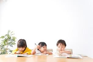 勉強をする乳幼児の写真素材 [FYI04711149]