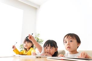 お勉強をする子どもたちの写真素材 [FYI04711154]