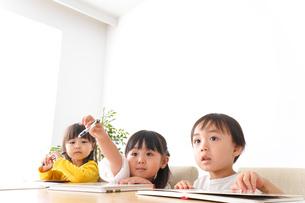 勉強をする乳幼児の写真素材 [FYI04711156]