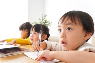 お勉強をする子どもたちの写真素材 [FYI04711157]