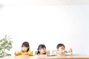 お勉強をする子どもたちの写真素材 [FYI04711159]