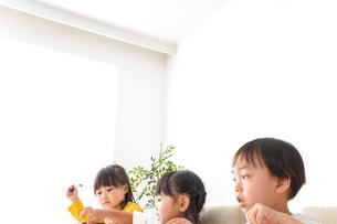 お勉強をする子どもたちの写真素材 [FYI04711162]
