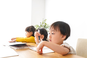 お勉強をする子どもたちの写真素材 [FYI04711164]