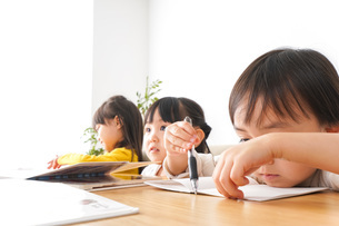お勉強をする子どもたちの写真素材 [FYI04711169]