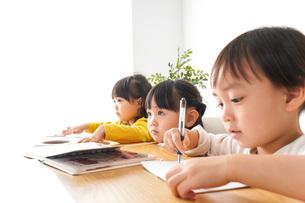 お勉強をする子どもたちの写真素材 [FYI04711171]
