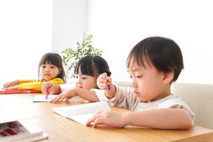 勉強をする乳幼児の写真素材 [FYI04711179]