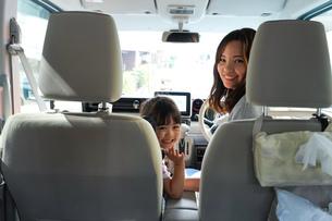 お母さんとドライブをする子どもの写真素材 [FYI04711187]