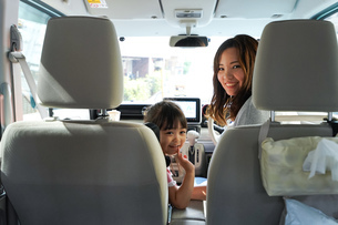 お母さんとドライブをする子どもの写真素材 [FYI04711194]