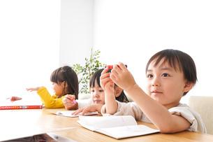 勉強をする乳幼児の写真素材 [FYI04711195]