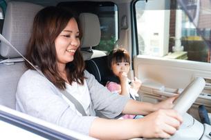 お母さんとドライブをする子どもの写真素材 [FYI04711196]