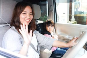 お母さんとドライブをする子どもの写真素材 [FYI04711197]