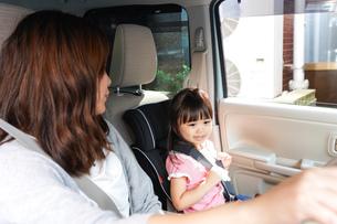 お母さんとドライブをする子どもの写真素材 [FYI04711199]