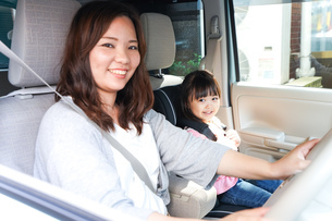 お母さんとドライブをする子どもの写真素材 [FYI04711201]