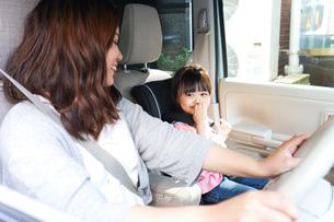お母さんとドライブをする子どもの写真素材 [FYI04711202]