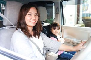 お母さんとドライブをする子どもの写真素材 [FYI04711203]
