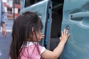 車に乗る子供の写真素材 [FYI04711206]