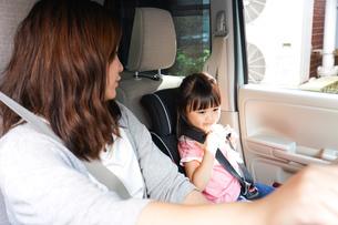 お母さんとドライブをする子どもの写真素材 [FYI04711207]