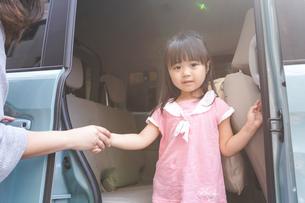 車に乗る子どもの写真素材 [FYI04711208]