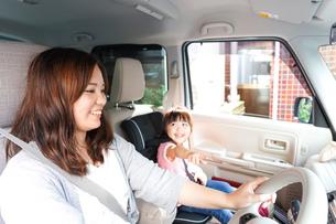 お母さんとドライブをする子どもの写真素材 [FYI04711210]