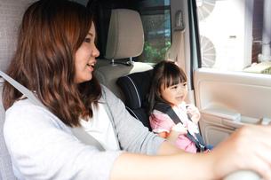 お母さんとドライブをする子どもの写真素材 [FYI04711213]