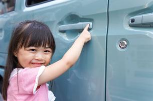 車に乗る子供の写真素材 [FYI04711221]