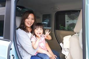 車に乗る子どもの写真素材 [FYI04711223]